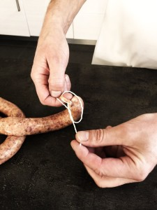 En knute knyttes i enden av siste pølse